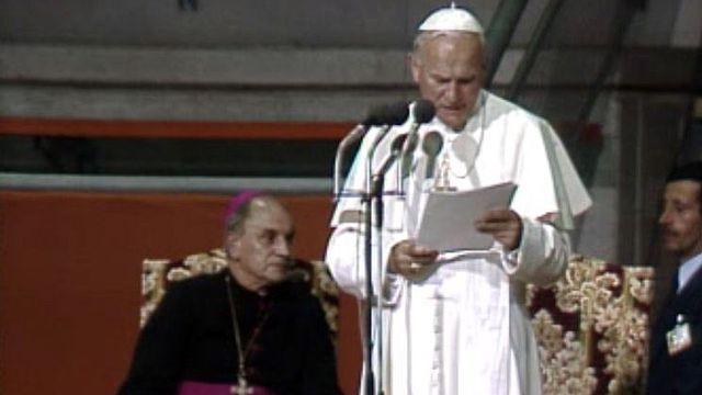 A Fribourg, Jean-Paul II dialogue avec les jeunes catholiques. [RTS]