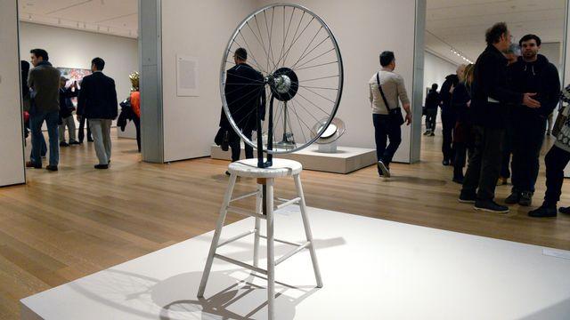 """""""Roue de bicyclette"""", un ready made de Marcel Duchamp, au Musée d'art moderne de New York. [Felix Hoerhager/dpa - AFP]"""