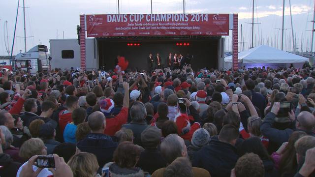 Plusieurs milliers de personnes ont accueilli l'équipe suisse de Coupe Davis lundi en fin d'après-midi à Lausanne. [RTS]