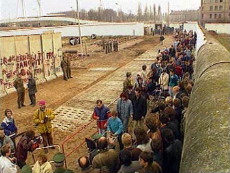 Dans la nuit du 9 au 10 novembre 1989, le Mur de Berlin s'écroule. [RTS]