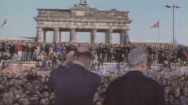 Le monde réagit à la chute du Mur de Berlin. [RTS]