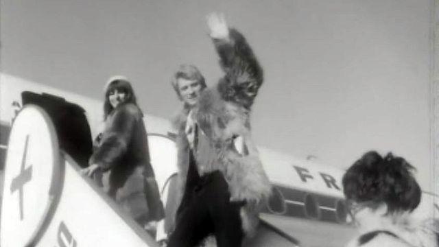 Deux stars saluant la foule avant leur départ de Genève.