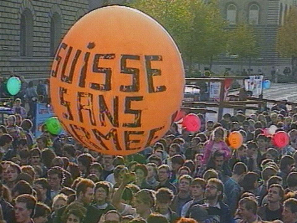 Festival pour une Suisse sans armée sur la Place Fédérale, le 21 octobre 1989. [TSR 1989]