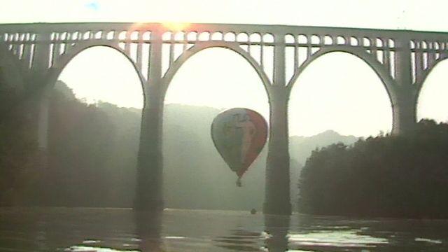 Se faufiler sous le pont de Granfey, le défi relevé par une montgolfière en 1989. [RTS]