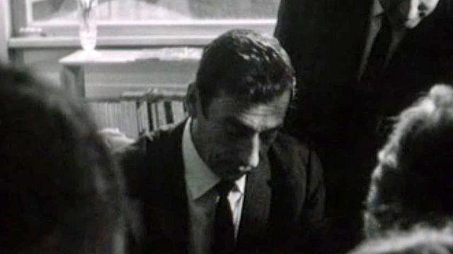 Séance de dédicace pour l'acteur Yves Montand.