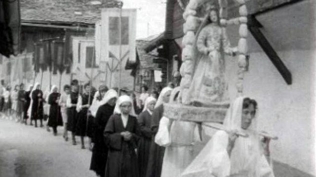 Les habitants de Lens (VS) vont vers la Christ-Roi en procession.