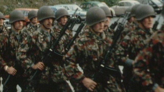 Soldats et recrues à l'exercice en 1988. [RTS]