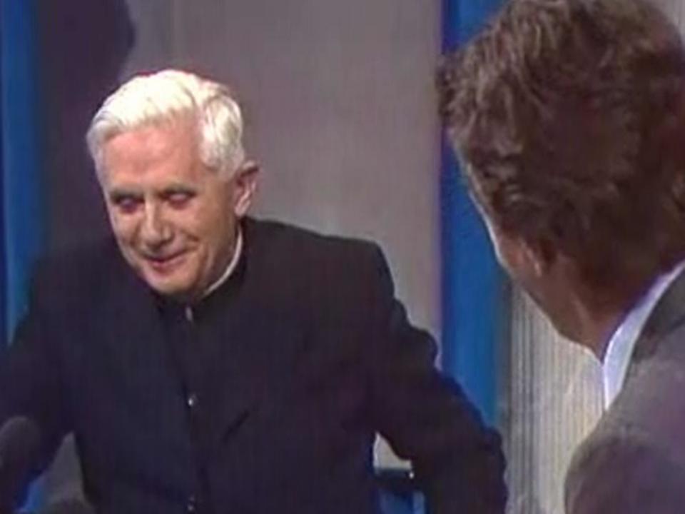 Le cardinal Joseph Ratzinger sur le plateau du TJ midi de la TSR en 1988. [RTS]