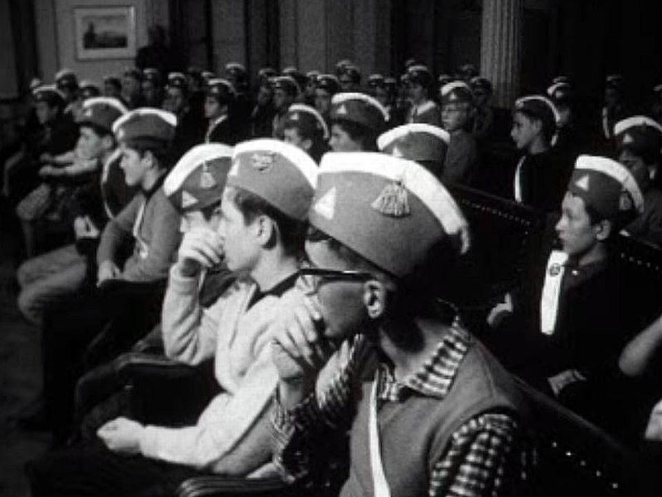 De jeunes patrouilleurs scolaires veillent sur les écoliers.