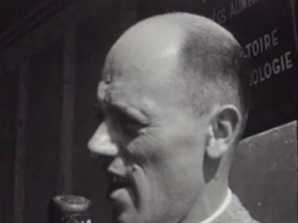 Georges Hardy commentant une émission radiophonique. [RTS]