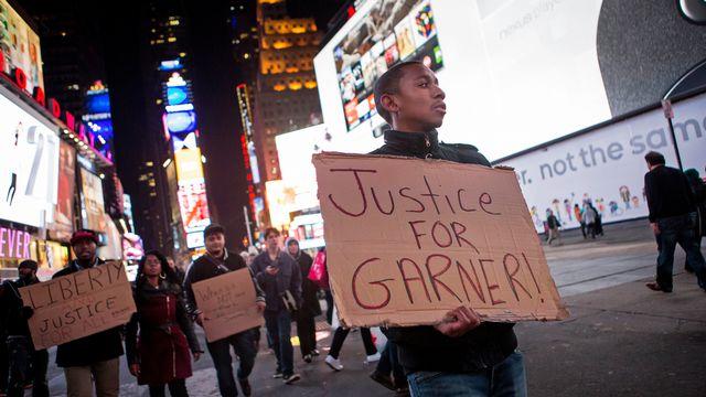 Quelques personnes ont manifesté contre la mort d'un Noir provoquée par un policier. [Eric Thayer - Reuters]