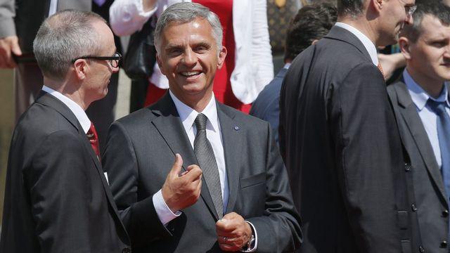 Didier Burkhalter hors du parlement après la cérémonie d'investiture à Kiev. [Sergey Dolzhenko - Keystone]