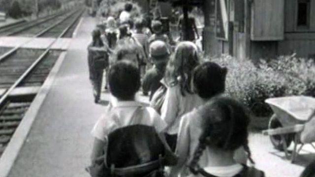 En train ou en bus, départ vers l'inconnu pour les écoliers genevois.