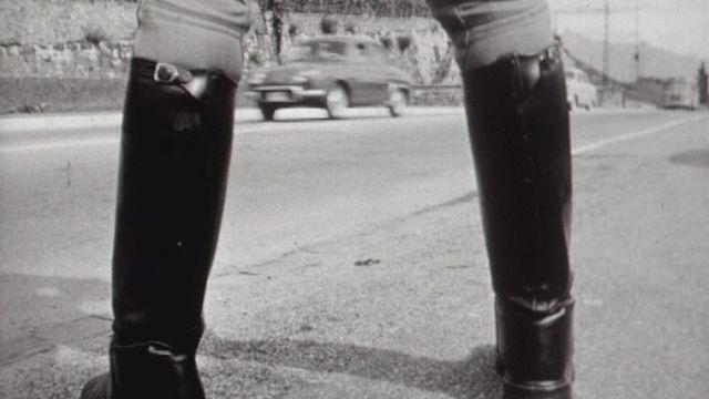 Policier surveillant la route dans la région de Montreux en 1960. [RTS]