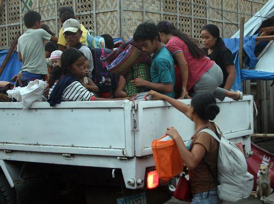 De nombreux Philippins ont commencé vendredi à chercher un abri pour se protéger du typhon Hagupit. [Marlon Tano - AFP]