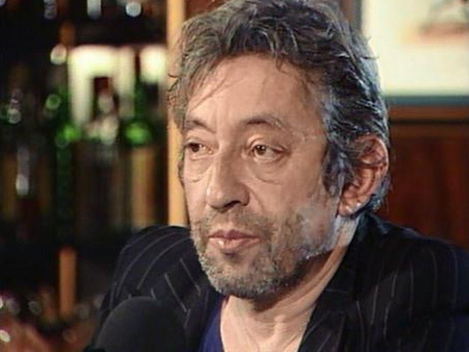 Un bar, un piano et Gainsbourg qui parle de cinéma en musique. [RTS]