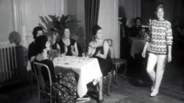 Un défilé de mode sans chichi à l'heure du thé entre amies.