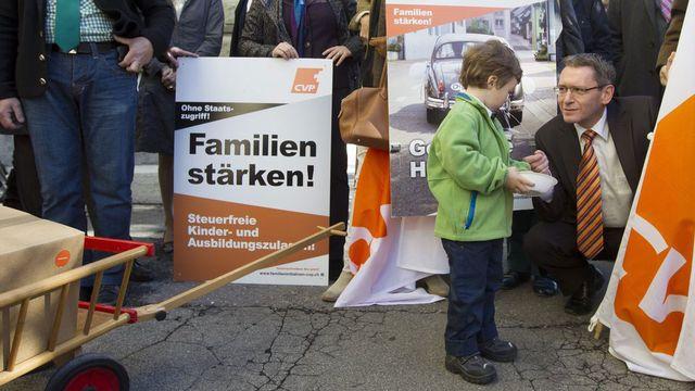 Le PDC avait déposé ses deux initiatives sur la famille en novembre 2012. [Peter Klaunzer - Keystone]