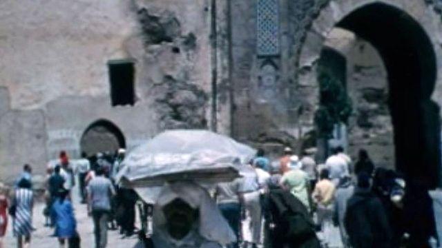 Des touristes parcourent le Maroc en voyage organisé, le bonheur?
