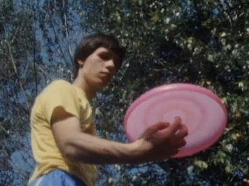 Un adepte du frisbee en 1985. [RTS]