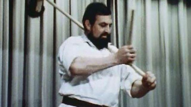 La scie et le balai peuvent se transformer en instruments de musique. [RTS]