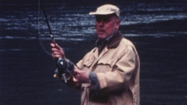 Georges Hardy pêchant en rivière en 1985. [RTS]