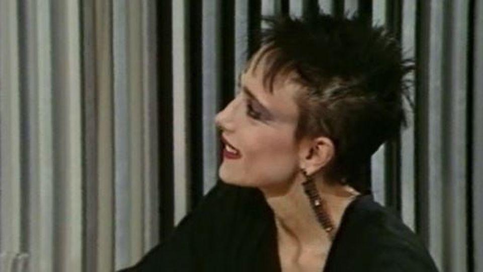 La chanteuse française interprète: Toute première fois. [RTS]