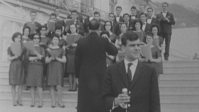 Jean-François Nicod patiente en attendant la fin de la chanson de la chorale en 1968. [RTS]