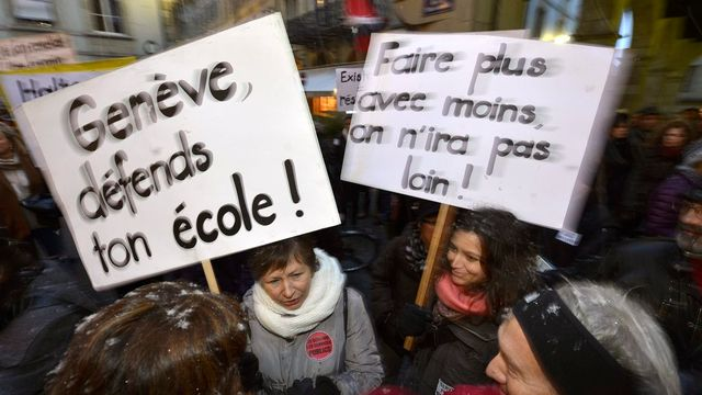 Une manifestation d'enseignants genevois en décembre 2012. [Keystone]