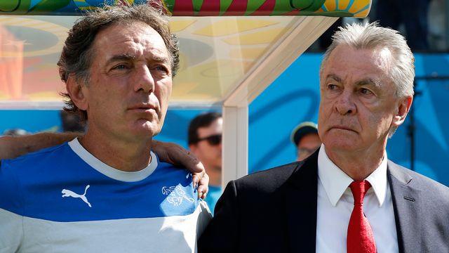 Le sélectionneur national Ottmar Hitzfeld et son adjoint Michel Pont terminent ainsi leur aventure commune longue de six ans au sein de l'équipe de Suisse. [Peter Klaunzer - Keystone]