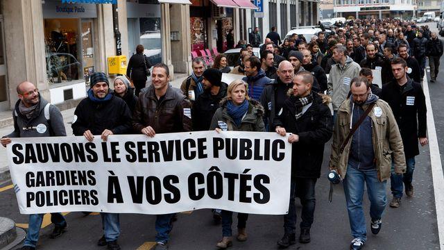 Les gardiens de prison et les policiers manifestent contre les mesures d'économies prévues par le Conseil d'Etat le 16 décembre 2014. [Salvatore Di Nolfi - Keystone]