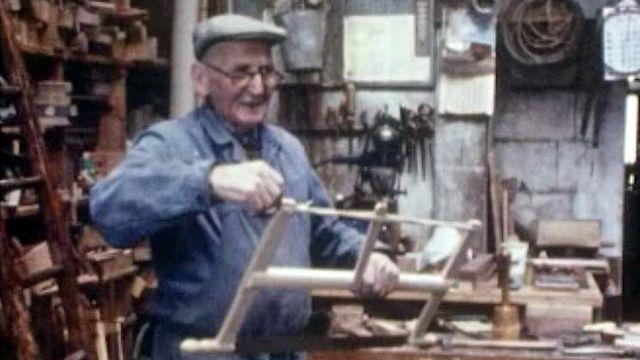 Ils sont les derniers outilleurs sur bois en Suisse romande. [RTS]