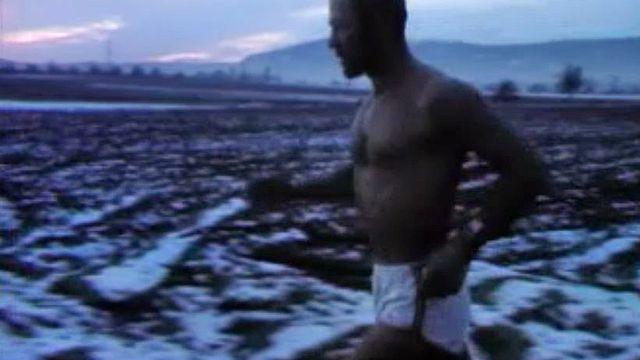 Le médecin Pierre Comte court torse nu par tous les temps.