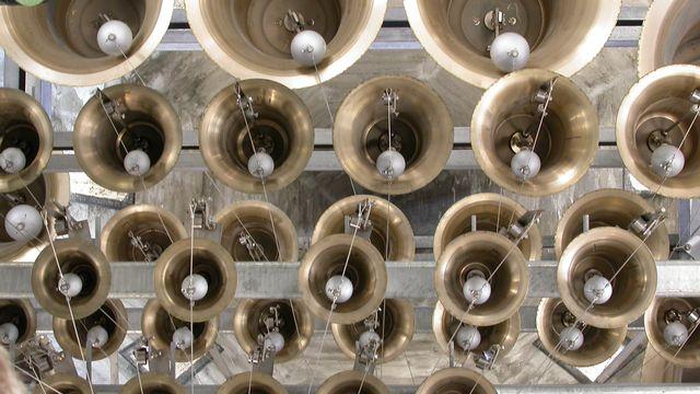 Les petites cloches du nouveau carillon de Saint-Maurice, 2004. [Archives de l'Abbaye de Saint-Maurice, photo Roten.]