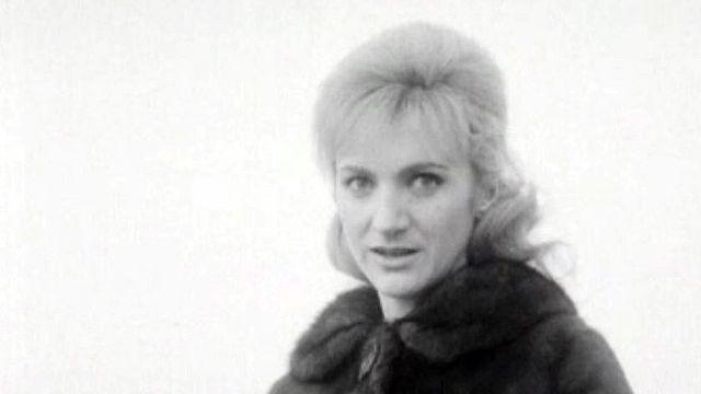 La chanteuse Christine Fontane interprète: Toi la vedette.