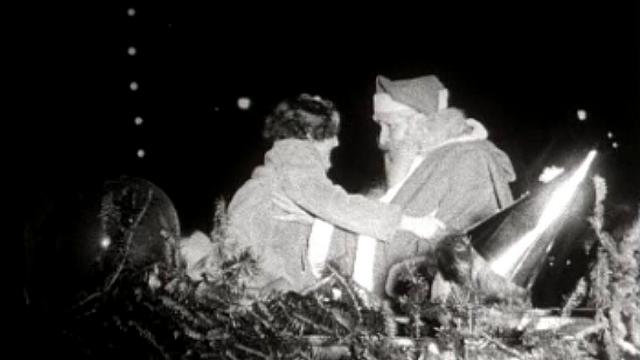 Le Père Noël descend du ciel pour la plus grande joie des petits Genevois. [RTS]