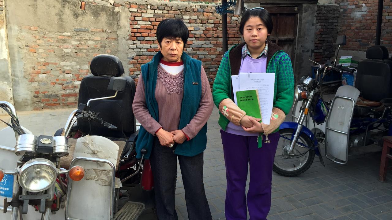 """Afin d'assurer le développement économique du pays, Pékin mène depuis  plus de 30 ans une politique familiale très stricte. Sauf rares privilèges, les parents n'ont le droit d'avoir qu'un seul enfant. Mais cette politique s'essouffle. Pékin a commencé à assouplir les règles, au vu du vieillissement de sa population. L'économie chinoise risque aussi de manquer de main d'œuvre à l'avenir. Quel est l'héritage de cette politique unique au monde? Et quels en sont ses effets sur la société aujourd'hui?  <b>Les enfants noirs</b>  On les appelle les """"Hei Haizi"""", littéralement les enfants noirs. Nés en deuxième, ces enfants n'ont pas de statut légal et leurs parents sont condamnés à payer une lourde amende que les familles pauvres n'arrivent généralement pas à honorer. Résultat: leur deuxième enfant n'a pas de papiers d'identité. Sur le plan légal, il n'a même pas le droit d'exister. Ces enfants noirs vivent comme des fantômes en Chine, sans identité. Le reportage du correspondant de RTSinfo Raphaël Grand. [DONG Cao - RTS]"""