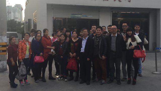 L'avocat Wu Youshui devant le tribunal, et entouré de familles venues le soutenir. [DONG Cao - RTS]