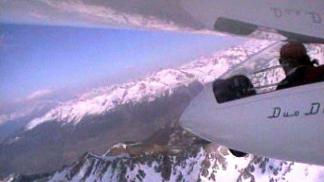 Survolez les Alpes suisses en planeur et en parapente.