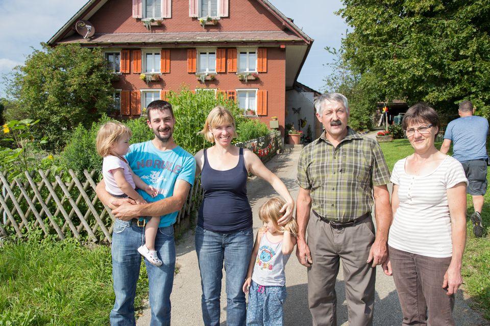 Caroline avec son mari Thomas, ses deux filles Iris et Amélie et ses beaux-parents Agnès et Thomas, dit dada. [Sébastien Foggiato - RTS]