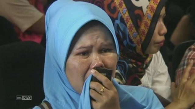 Les proches des disparus du vol Air Asia attendent à Surabaya [RTS]