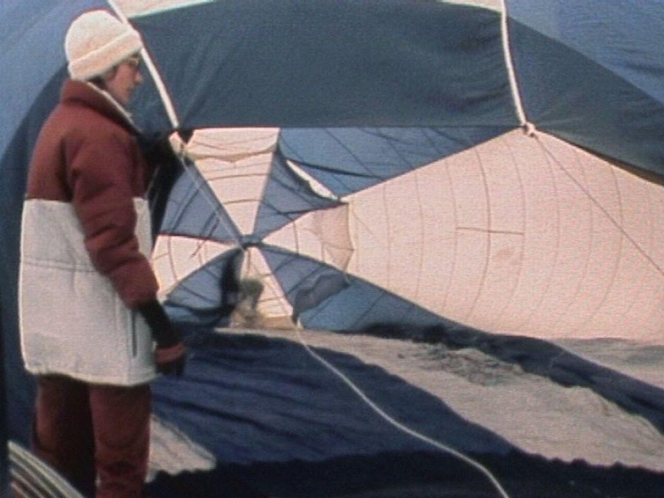 Préparatifs d'une montgolfière à Château-d'Oex en 1983. [RTS]