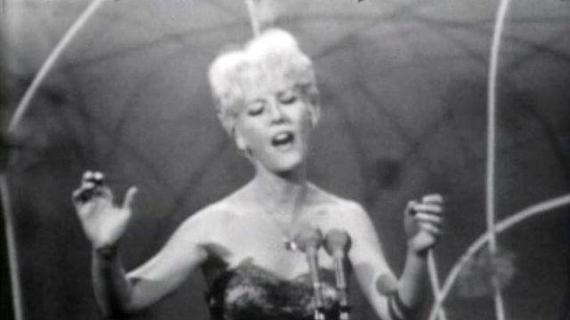 "A Morges, Petula Clark chante ""Prend mon coeur""."