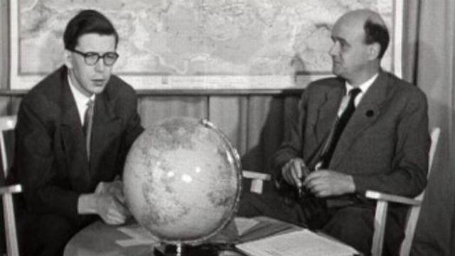 René Schenker et un spécialiste des PTT en 1956. [RTS]