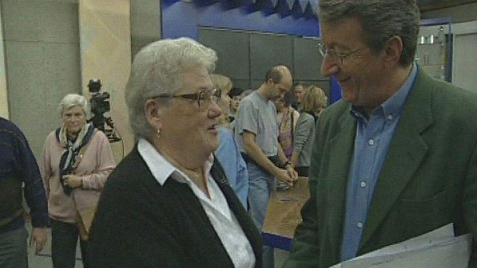 Le journaliste Jean-Philippe Rapp rencontre des habitants de Soubey en visite à la TSR. [RTS]