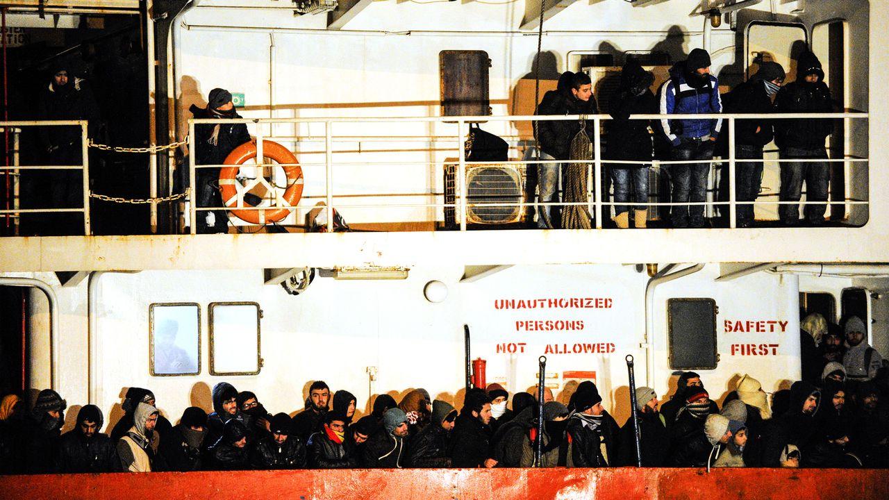 La marine italienne a sauvé environ 700 migrants sur un cargo. [Nunzio Giove - AFP]