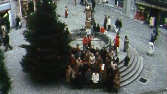 Choeur Pro Arte sur la place de la Palud à Lausanne en 1982. [TSR]