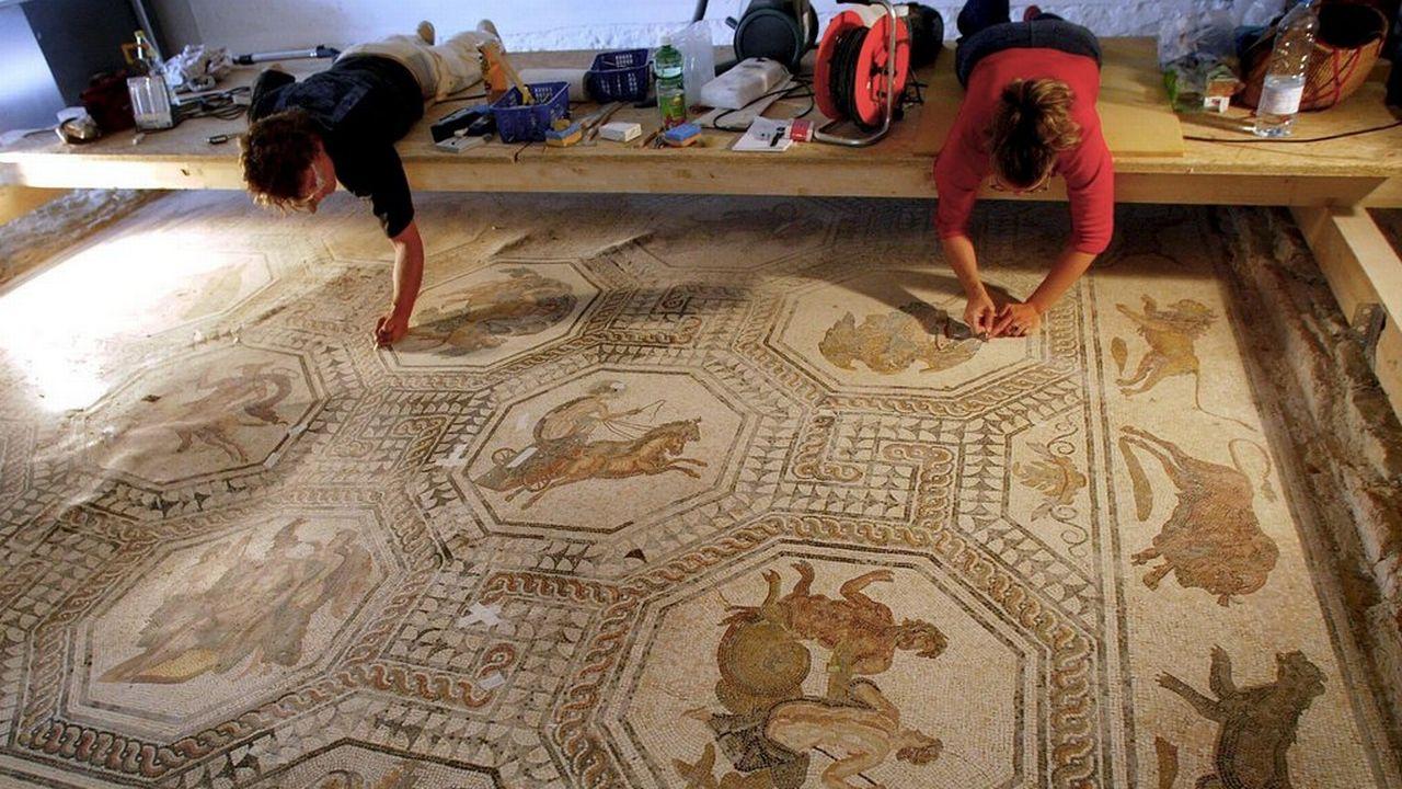 Des travaux de restauration des mosaïques de la villa romaine d'Orbe. [Keystone]