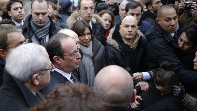 Le président François Hollande est arrivé à la rédaction de Charlie Hebdo. [Kenzo Tribouillard - AFP]