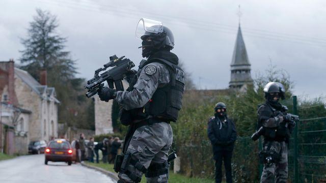 Les forces spéciales de la police française traquent les suspects dans des villages du nord de la France. [Christian Hartmann - Reuters]